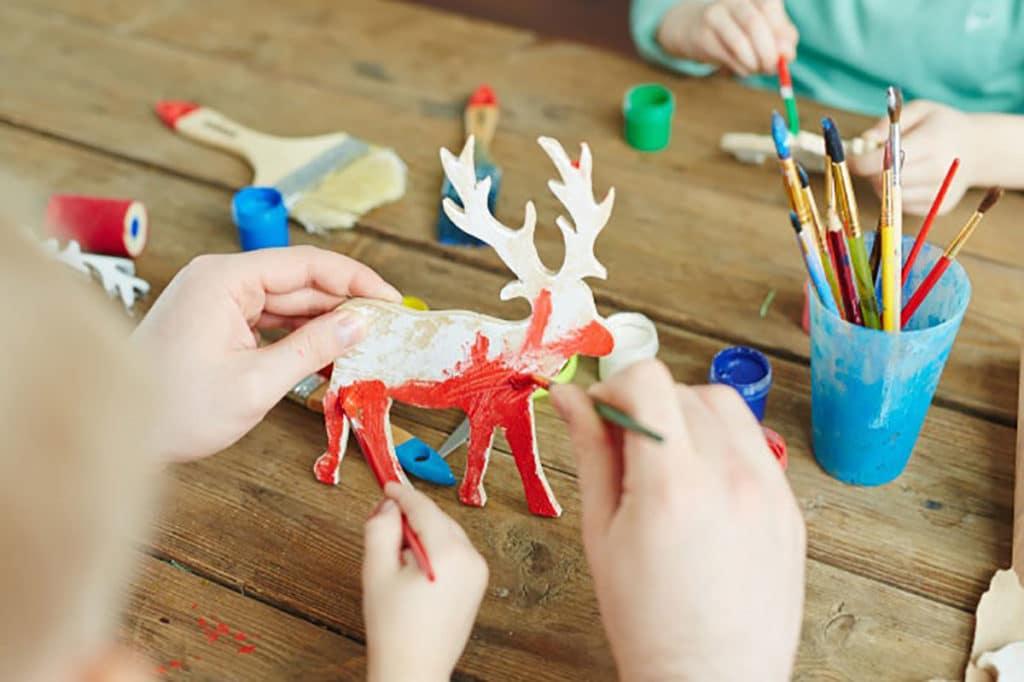 Confection de rennes en papier avec les enfants