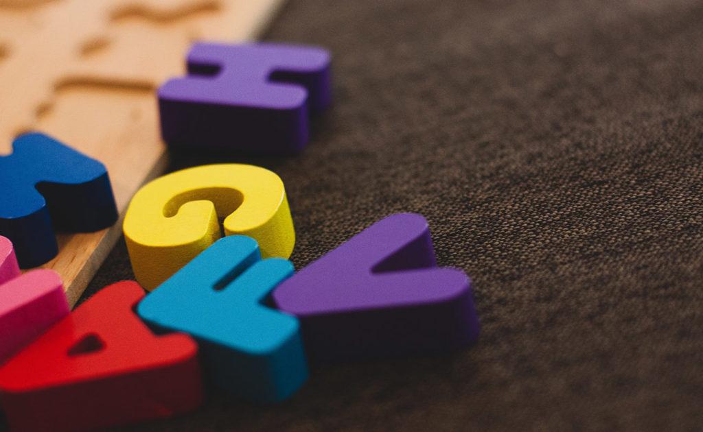 jeux de lettres en bois multicolore