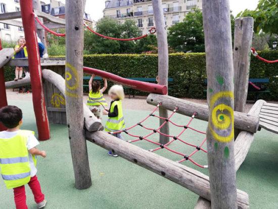 Plusieurs enfants jouant dans un parc parisien