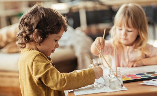 Les enfants réalisent des activités de peinture sur une table