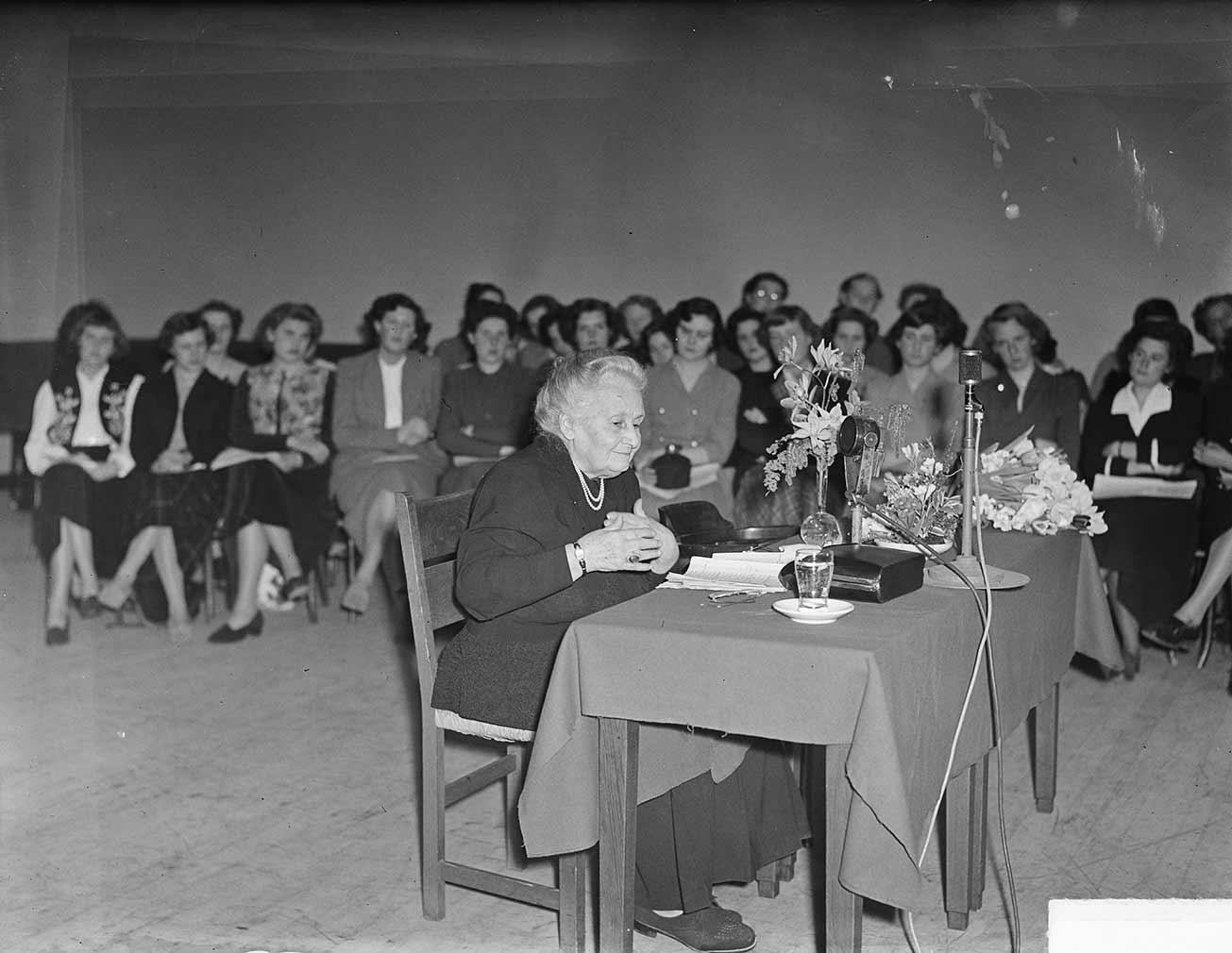 Maria Montessori lors d'une conférence