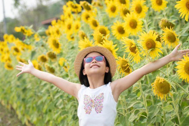 Petite fille asiatique heureuse qui s'amuse dans la nature